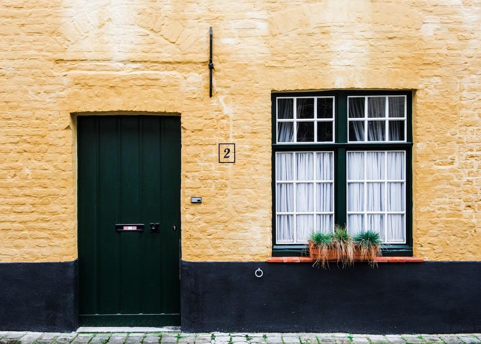 Bostadsrätt med grön dörr